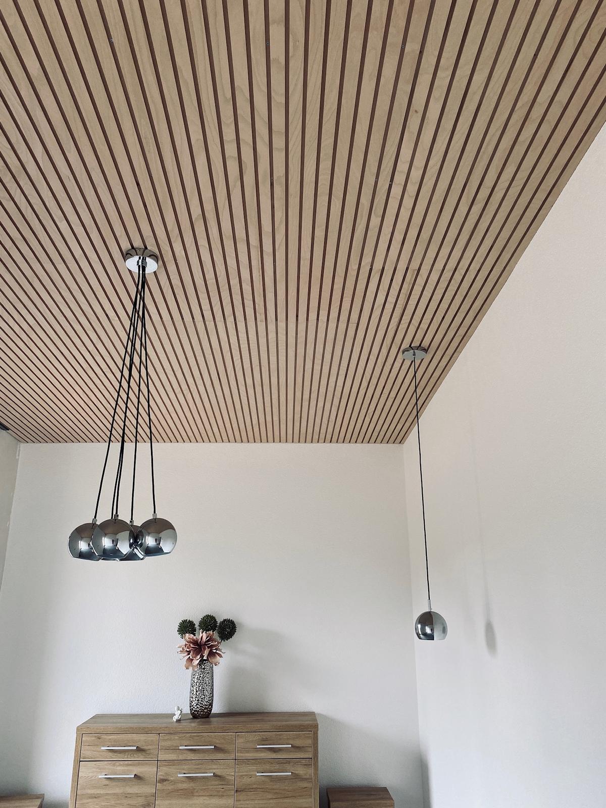 koner - lamelový panel strop natur, nábytok dub