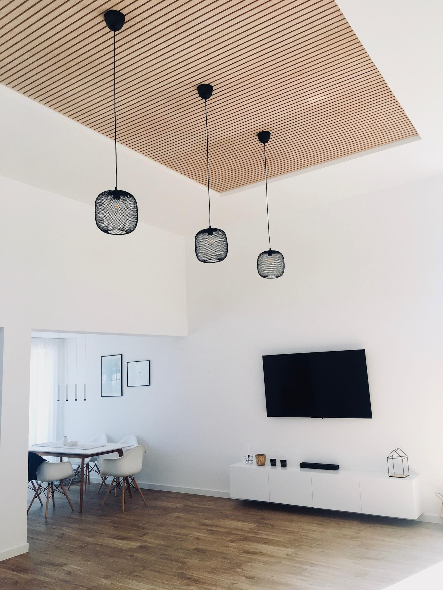 Lamelový panel na stenu/strop - vysoký strop, prevdenie natur lamelový panel