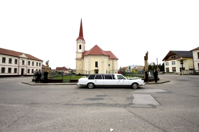 lenka toth{{_AND_}}ludko toth - nasa limuzinka uz pred kostolikom :)
