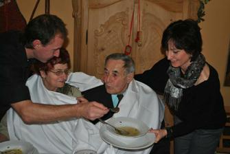 Smaragdová svatba - babička a děda slavili 55 let manželství. Krmí je mamka se strejdou se slovy: dříve jsme krmili vy nás, teď vám to můžeme vrátit ;)