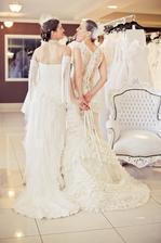 Beru jako neuvěřitelné štěstí, že jsme se mohly coby nejlepší kamarádky vyfotit ve svých svatebních šatech!