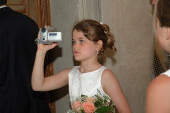 moje dcera-příležitostná kameramanka, jinak krásná drůžička
