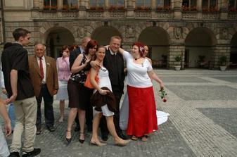tak se řadili svatebčané ke společné fotografii :o)))