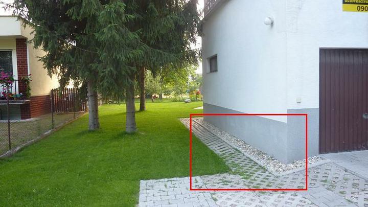 Čo urobiť, ak jedna stena domu puká... - toto je tá dobrá strana domu s drenážou...