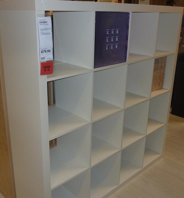 IKEA - biela inšpirácia na detskú izbu alebo spálňu - Policový diel a dovnútra rôzne umelé boxy