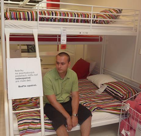 IKEA - biela inšpirácia na detskú izbu alebo spálňu - poschodová postel (spodná širšia)