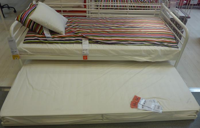 IKEA - biela inšpirácia na detskú izbu alebo spálňu - táto posteľ s prísteľkou je zaujímavá