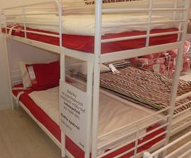 poschodová posteľ (obe sú rovnaké šírky)