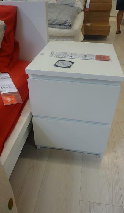 IKEA - biela inšpirácia na detskú izbu alebo spálňu - praktické nočné stolíky