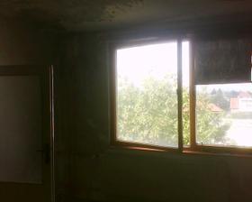 okno v obývačke, pri nom bude jedálenský stôl