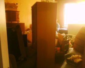 tu je v jednej izbe naprataný nábytok z celého bytu