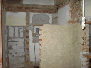 Záchod a za ním bude špajzka. Ta hnědá zeď vpravo je rozdělující.