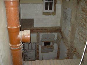 Podlaha koupelny. :-) Byla ztrouchnivělá, tak se dělala nová betonová. Trubka vlevo je shoz na prádlo do sklepa. Praktická záležitost, když máte 3 podlaží...