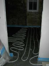 Podlahové topení na nové betonové podlaze.