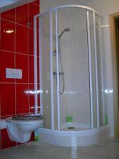 Sprchový kout s termoregulační baterií a záchod s prkénkem s ostnatým drátem. :-D