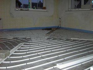 Položili vyrovnávací beton a podlahové topení.