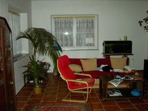 A dnešní obývák, zatím jen provizorní nábytek.