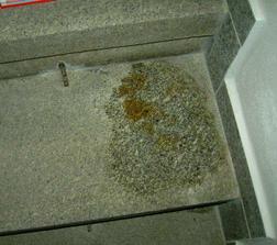 Rezavý flek na schodišti. Po jednom přípravku zmizelo zašednutí schodiště, ale flek je pořád.