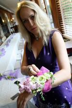 svědkyně s květinovým náramkem