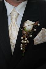 detail manželovho obleku