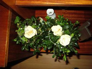 ...detail kvetov na stole
