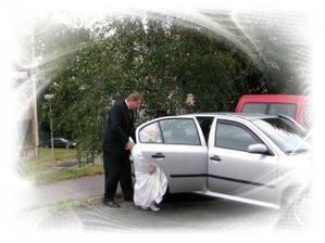 jedeme pro budoucího manžela :) ..nastupování do auta mi fakt jde...