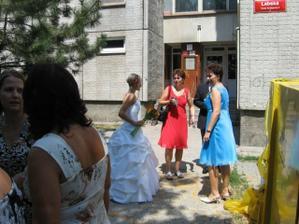 u nevěsty před barákem