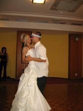 poslední tanec,ženich si vydražil podvazek,tak si to náležitě užívá