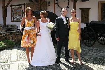 bráchovo svatba - tu jak má brácha na hlavě parohy jsem vám prostě musela ukázat :-))))