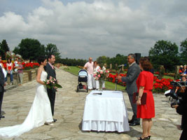 jiná svatba stejné místo - obřad v Lidicích v Růžovém sadě