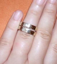 Naše prstýnky..jdou špatně zaostřit..ten vrchní je s kamínkem a můj..