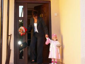 vychádza moja zlatá družička:-) s babkou