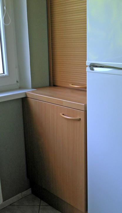 """Kuchyne nielen do panelakovych bytov - zavadzalo okno, tak sa musel parapet """"zahryznut """" do dosky. Chladnicka musela ostat takto, inde na nu nebolo miesto, kuchyna uz bola, len sa dorabalo"""