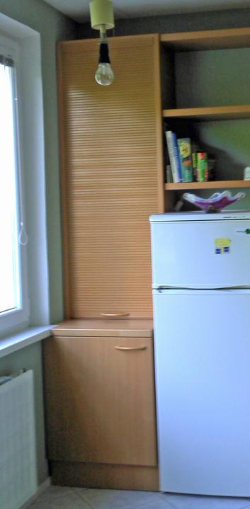 Kuchyne nielen do panelakovych bytov - detail v inej kuchyni, kde bola povodne uzka potravin skrina. funkcia aj odvetranie na fasadu ostalo