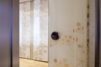 dekoratívna látka v celosklenených zasuvacích dverách