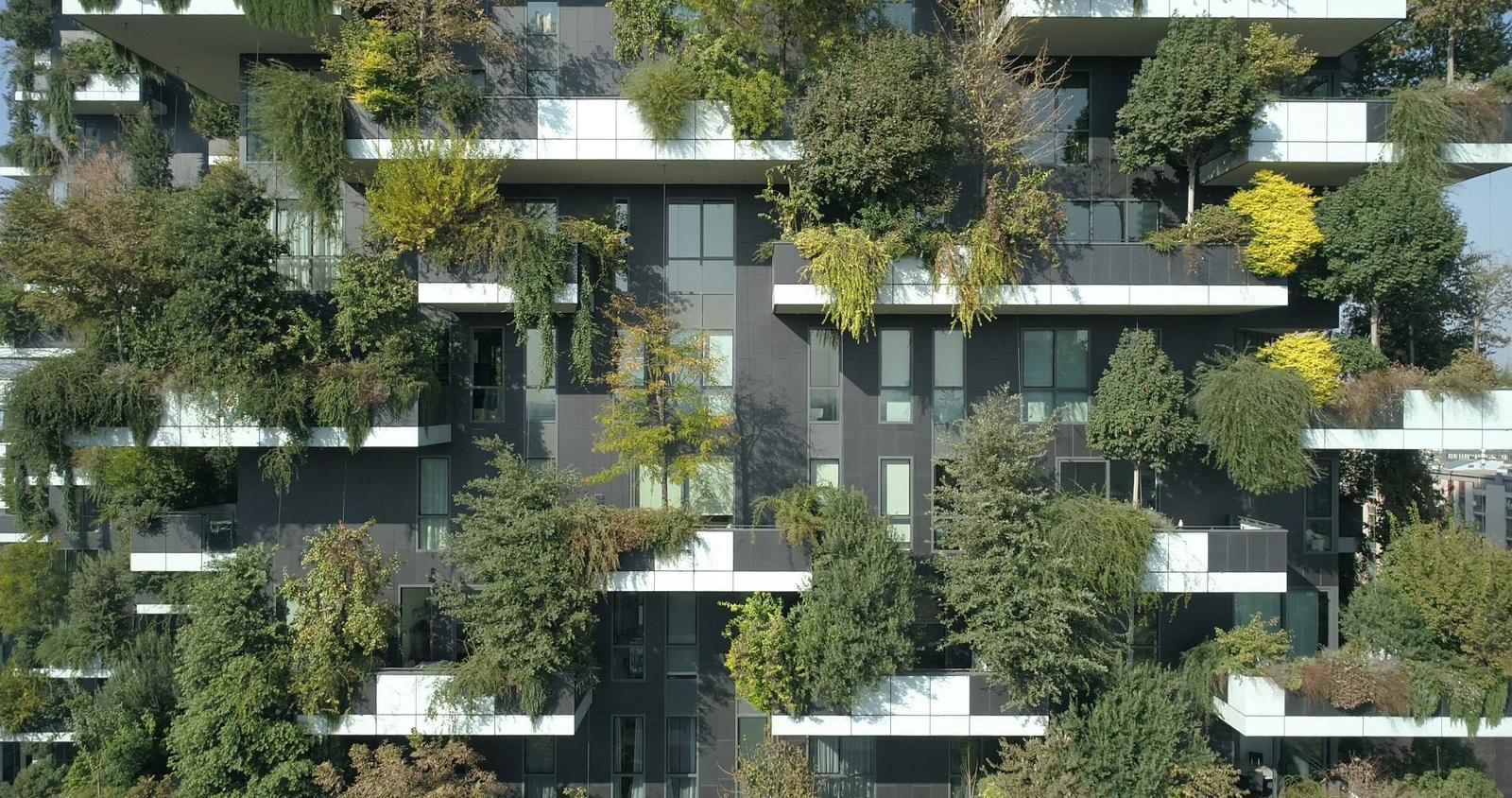 Zelene fasady - Smrekovce, čerešne, jablone, olivovníky, buky... Na každom balkóne rastú desiatky rastlín či stromov, ktoré sú rozmiestnené podľa toho, ako sú odolné voči vetru, a podľa toho, či majú radšej svetlo, alebo vlhkosť.