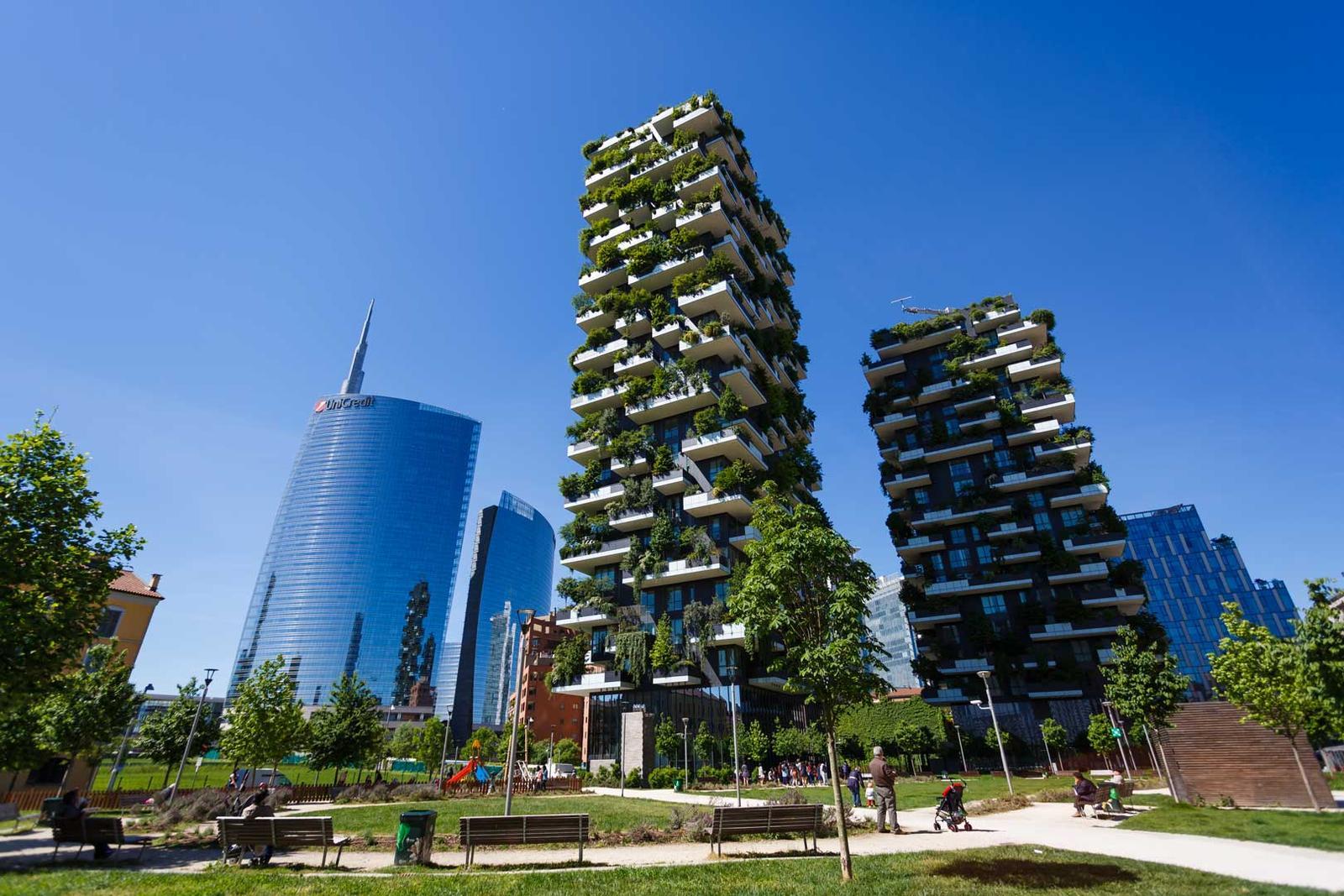 Zelene fasady - Viac ako 20.000 rastlín a stromov, teda ekvivalent dvoch hektárov lesa na dvoch budovách
