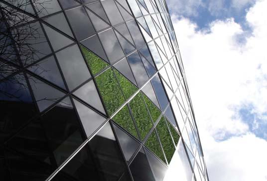 Zelene fasady - Majitelia veže očakávajú, že ušetria polovicu energie na klimatizáciu. Zelený obal je väčšinou zmes lišajníkov a tráv