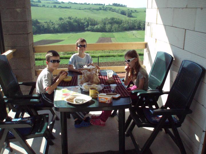 Plníme si náš sen - Raňajky na terase... jeden z dôvodov prečo sme chceli dom
