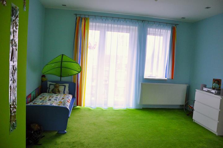 Prerábka domčeka - pred a po.... 06/2011 - Detská izba- pomaličky sa zútulnuje, záclona urobila svoje :o))