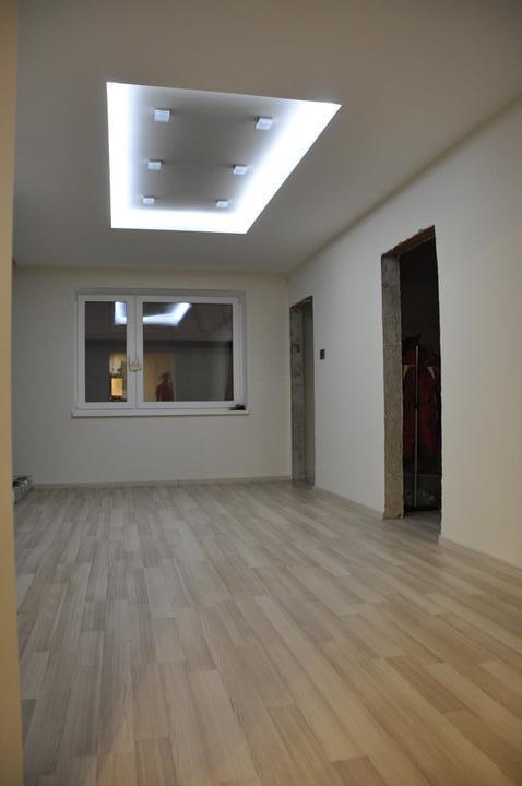 Prerábka domčeka - pred a po.... 06/2011 - svetelná rampa na hale, LED podsvietenie - vnutro rampy je hnedé,