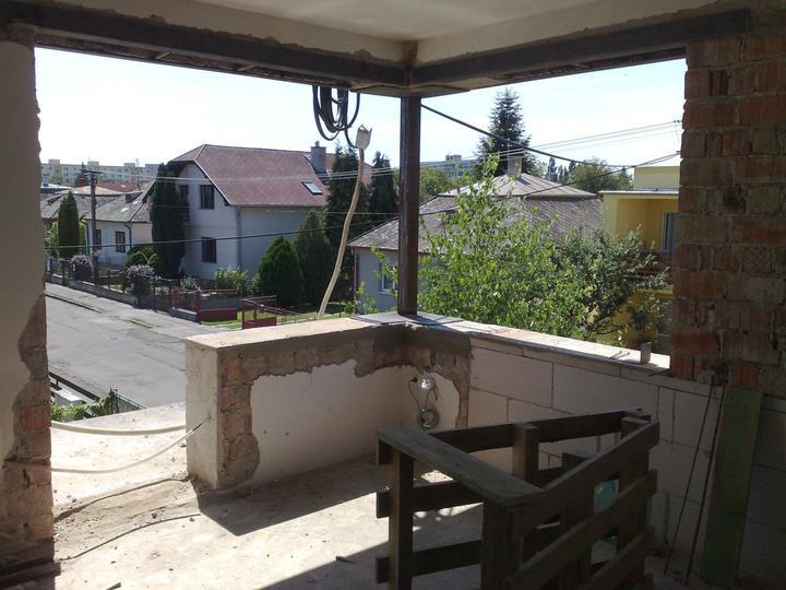 Prerábka domčeka - pred a po.... 06/2011 - okno v spálni ...príprava na nové okná