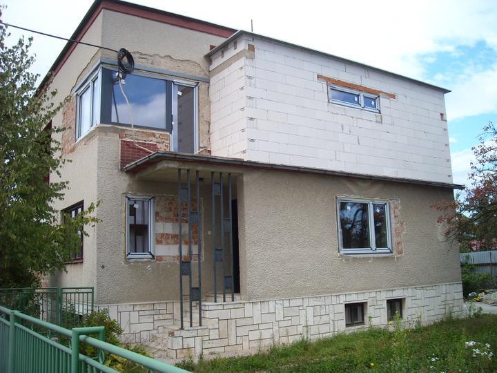 Prerábka domčeka - pred a po.... 06/2011 - súčasný stav.... fasáda by mala prísť na rad na jeseň