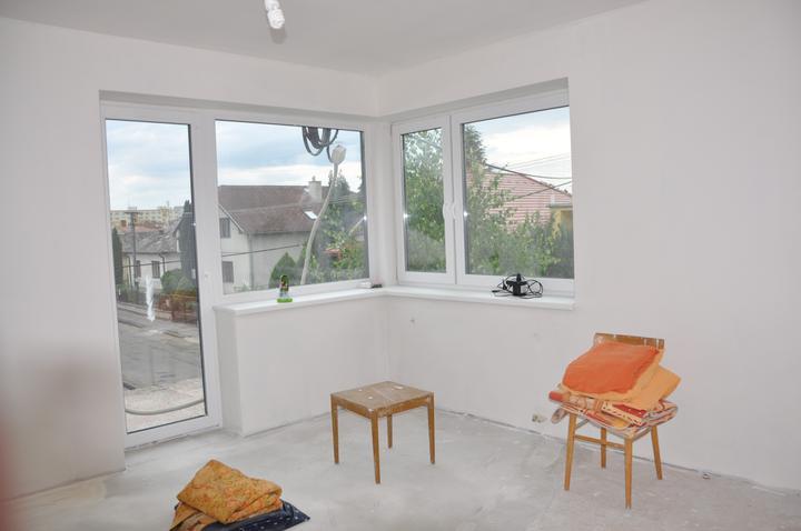 Prerábka domčeka - pred a po.... 06/2011 - nové okno v spálni +sádrové omietky