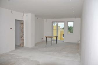 nové okná+sádrové omietky + pribudol komín ( vedla dverí)