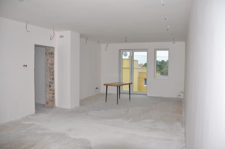 Prerábka domčeka - pred a po.... 06/2011 - nové okná+sádrové omietky + pribudol komín ( vedla dverí)