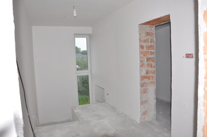 Prerábka domčeka - pred a po.... 06/2011 - omietnuté schodisko + 1x náter na bielo
