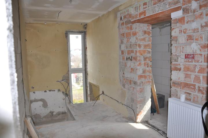 Prerábka domčeka - pred a po.... 06/2011 - schodisko , pôvodné bolo bez okna + na pravo šatník z bývalého balkóna