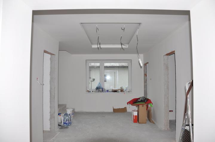 Prerábka domčeka - pred a po.... 06/2011 - vstupná hala, na strope bude led pás + bodovky