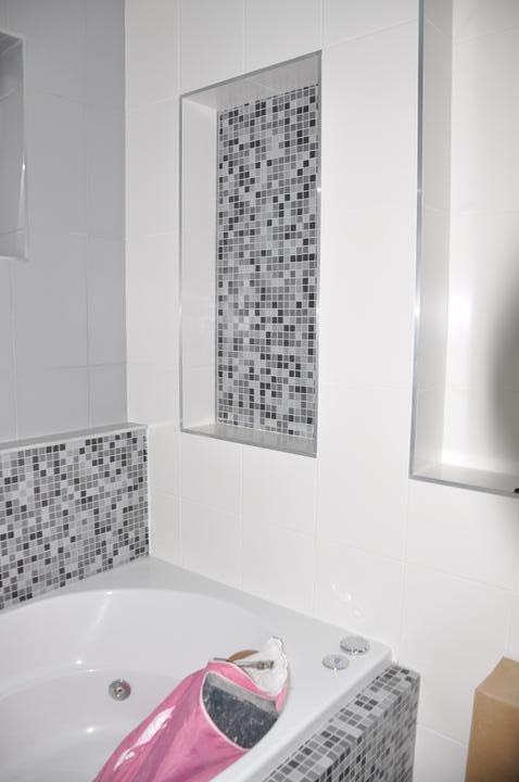 Prerábka domčeka - pred a po.... 06/2011 - kúpelňa - nika na stene